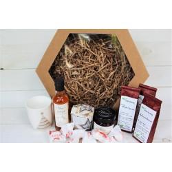 Prezent świąteczny, pudełko karbowane z oknem - trzy herbaty, praliny, maliny w syropie, syrop z pigwy, świąteczny kubek, świeczka zapachowa